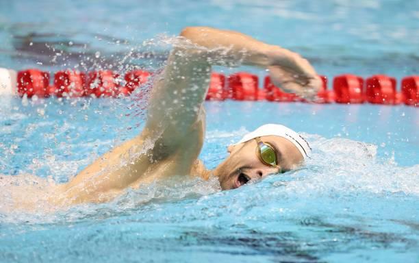 مروان القماش يسبح للفوز في نهائي 800 متر حرة للرجال خلال اليوم الرابع من سلسلة TYR Pro للسباحة في إنديانابوليس في IU Natatorium في ...