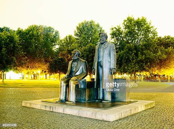 marx and engels statue in berlin - marx fotografías e imágenes de stock