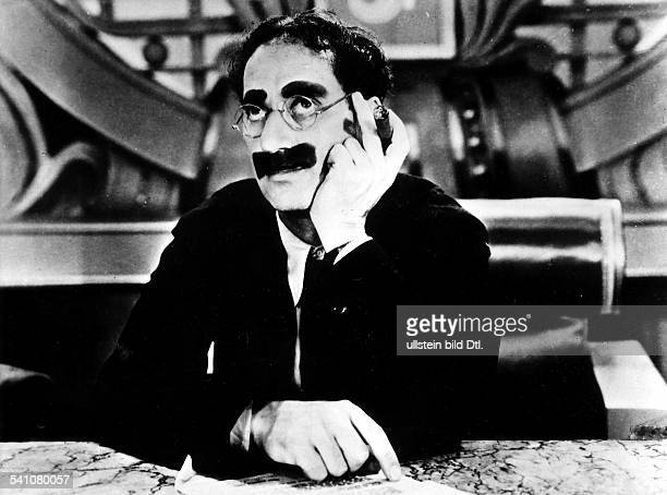 Marx Groucho Actor comedian USA *02101890 Scene from the movie 'Duck Soup'' as President of Freedonia Directed by Leo McCarey USA 1933 Produced by...