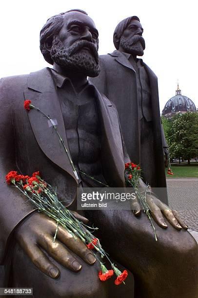 MarxEngelsDenkmal geschmückt mit roten Nelken anlässlich des Geburtstages von Karl Marx