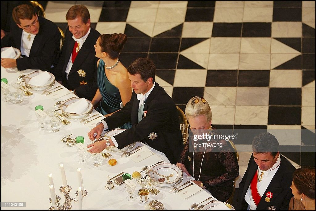 Dinner For The Engagement Of Denmark's Crown Prince Frederik And Mary Elizabeth Donaldson In Fredensborg, Denmark On October 08, 2003 : Fotografia de notícias