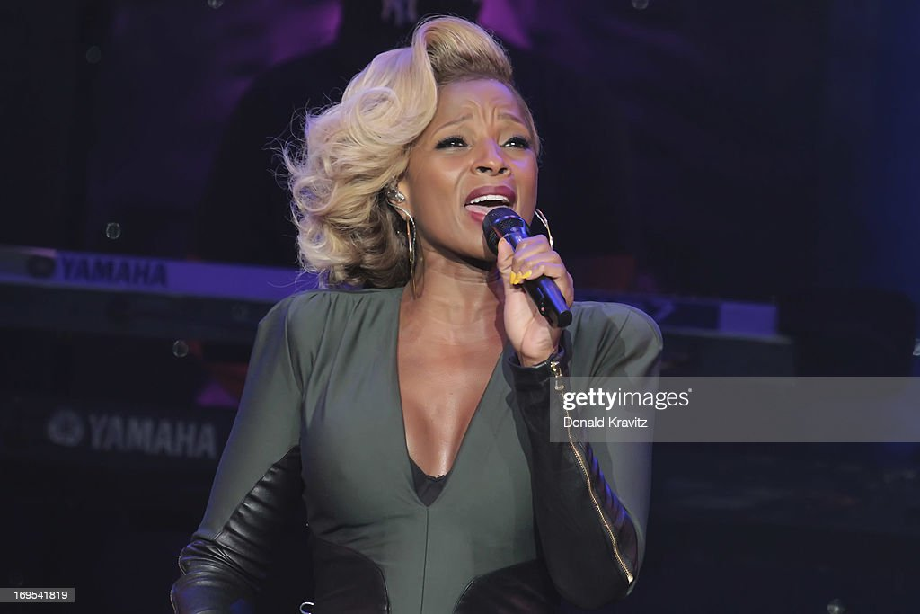 Mary J. Blige performs at Caesars Circus Maximus Theater on May 26, 2013 in Atlantic City, New Jersey.