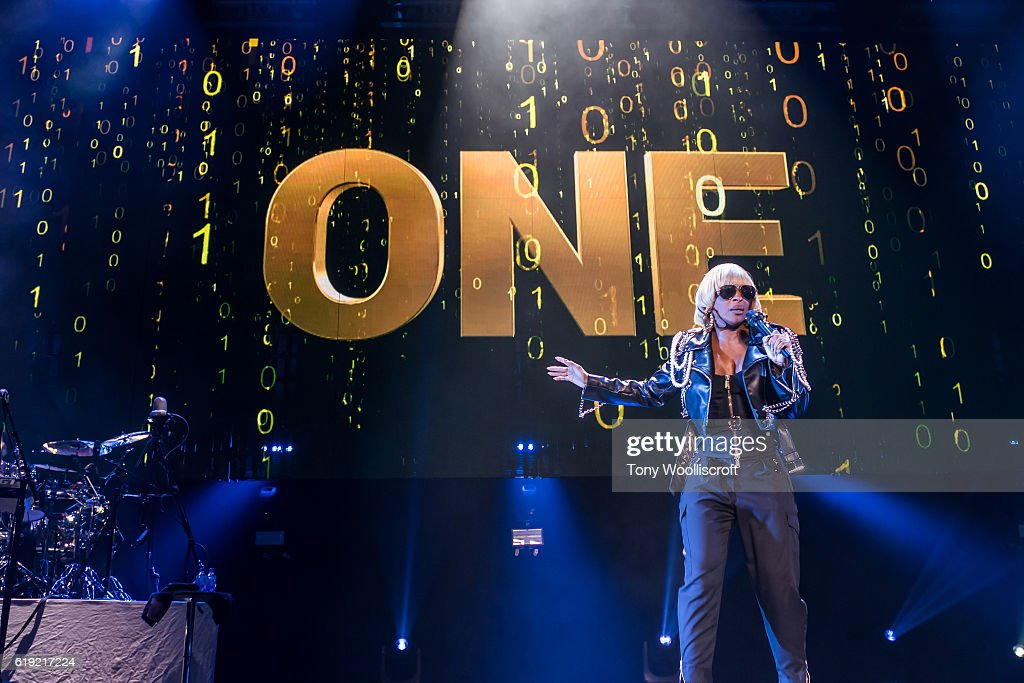 Maxwell And Mary J Blige Performs At Genting Arena - Birmingham : News Photo