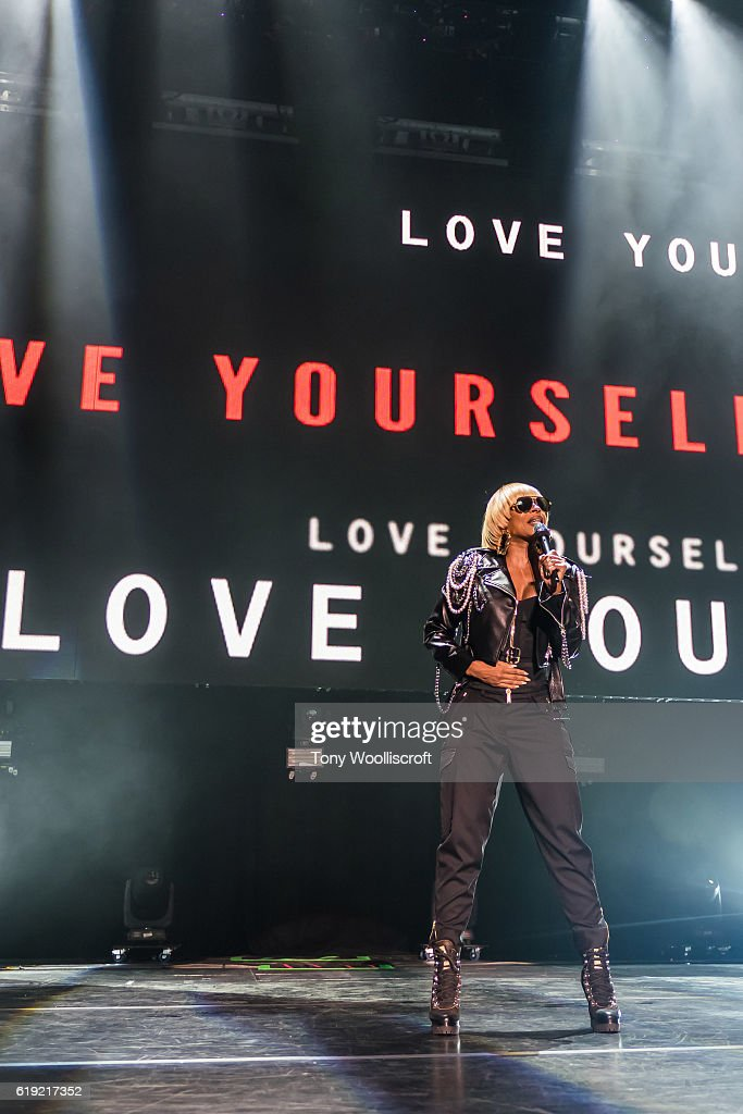 Mary J Blige performs at Genting Arena on October 29, 2016 in Birmingham, England.