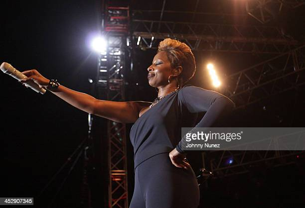 Mary J Blige performs at Jazz In The Gardens 2010 on March 20 2010 in Miami Gardens Florida