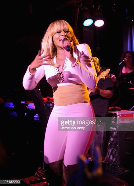 Mary J Blige performs at the Paper Magazine 2011 Nightlife awards at Hiro Ballroom at The Maritime Hotel on September 27 2011 in New York City