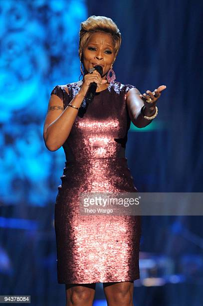 Mary J Blige performs onstage during TNT's 'Christmas in Washington 2009' at the National Building Museum on December 13 2009 in Washington DC...