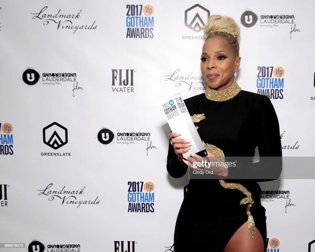 Mary J. Blige poses with her award backstage during IFP's 27th Annual Gotham Independent Film Awards on November 27, 2017 in New York City.