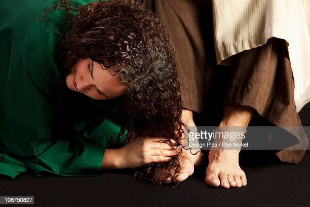 mary magdalene wiping jesus' feet - celebrity feet stock pictures, royalty-free photos & images