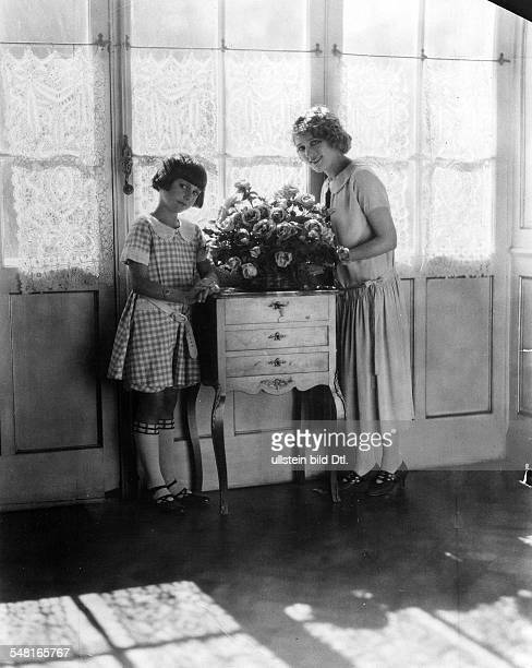 Mary Pickford *08041893 Actress USA with her adopted daughter 1927 Photographer James E Abbe Vintage property of ullstein bild