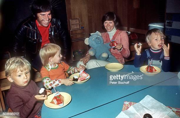 Mary Roos Ehemann Pierre Scardin und Kinder KindergartenBesuch am auf Insel Helgoland Deutschland