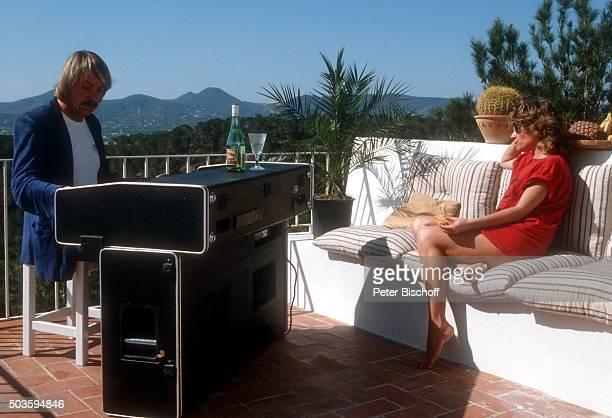 Mary Roos Ehemann Werner Böhm Dreharbeiten für VIPMagazin Bitte umblättern während Urlaub im Ferienhaus am auf Insel Ibiza Spanien