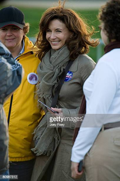 Mary Steenburgen poses for a photos with fans at a campaign stop Democratic presidential hopeful New York Senator Hillary Rodham Clinton at White...