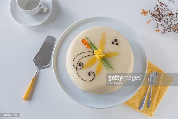 marzipan cake on white table - marzipan - fotografias e filmes do acervo