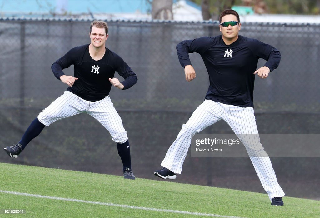Masahiro Tanaka of the New York Yankees (R) and his teammate Sonny Gray train on the slope at the team's spring training site in Tampa, Florida, on Feb. 20, 2018. ==Kyodo