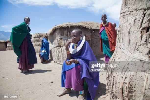 泥小屋の外にある伝統的な村のマサイ族。 - fotofojanini ストックフォトと画像