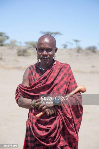 guerriero masai con orologio moderno tanzania - fotofojanini foto e immagini stock