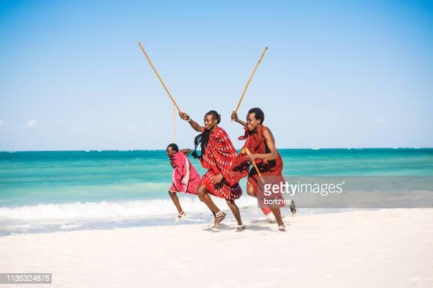 guerriers masai sur la plage - guerrier massai photos et images de collection