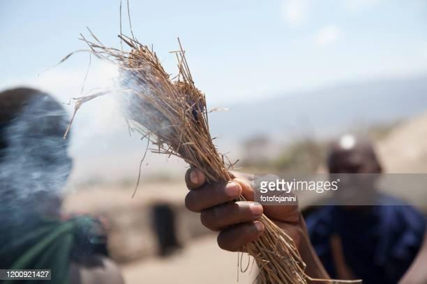 masai warriors rite of fire making - fotofojanini foto e immagini stock