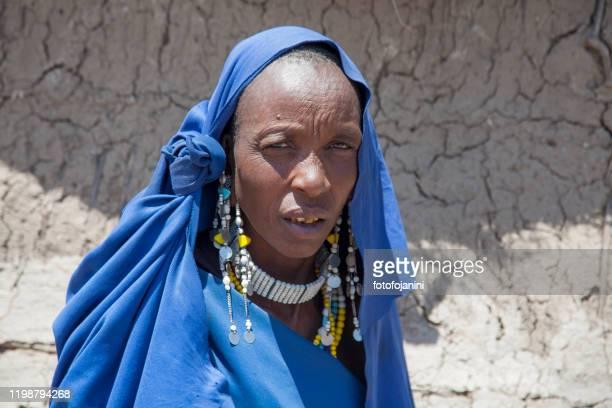 masai donna nei suoi abiti tradizionali tanzania - fotofojanini foto e immagini stock