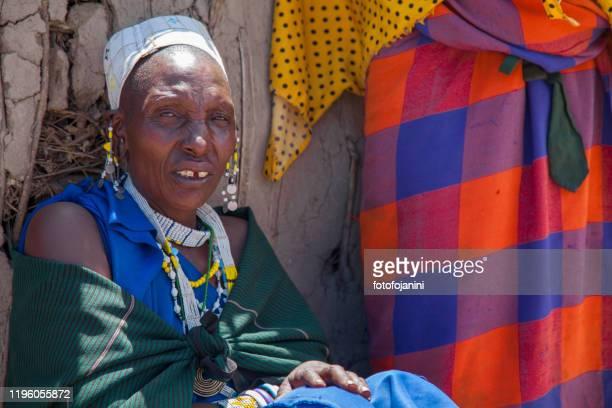 donna masai fuori casa - fotofojanini foto e immagini stock
