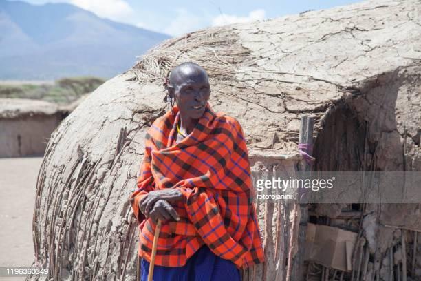 donna masai fuori dalla sua casa in tanzania - fotofojanini foto e immagini stock
