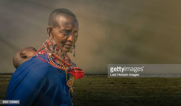 masai woman with child in a masai village, amboseli, rift valley, kenya - masai photos et images de collection