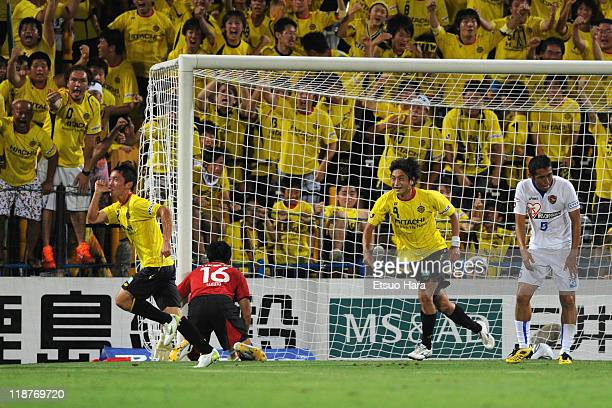 Masakatsu Sawa of Kashiwa Reysol celebrates the winning goal during the J.League match between Kashiwa Reysol and Vegalta Sendai at Hitachi Kashiwa...