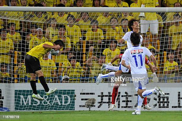 Masakatsu Sawa of Kashiwa Reysol scores the winning goal during the J.League match between Kashiwa Reysol and Vegalta Sendai at Hitachi Kashiwa...