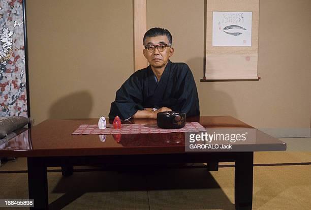 Masaru Ibuka CoFounder Of Sony Japon novembre 1968 portrait de Masaru IBUKA cofondateur de la société Sony assis devant une table basse chez lui Il...