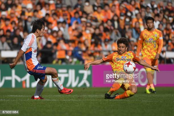 Masaru Kato of Albirex Niigata and Ryo Takeuchi of Shimizu SPulse compete for the ball during the JLeague J1 match between Shimizu SPulse and Albirex...
