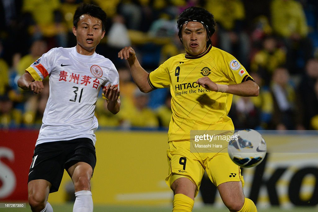 Masato Kudo #9 of Kashiwa Reysol (R) and Rao Weihui #31 of Guizhou Renhe compete for the ball during the AFC Champions League Group H match between Kashiwa Reysol and Guizhou Renhe at Hitachi Kashiwa Soccer Stadium on April 23, 2013 in Kashiwa, Japan.