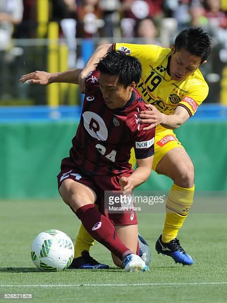 Masatoshi Mihara of Vissel Kobe and Hiroto Nakagawa of Kashiwa Reysol compete for the ball during the JLeague match between Kashiwa Reysol and Vissel...