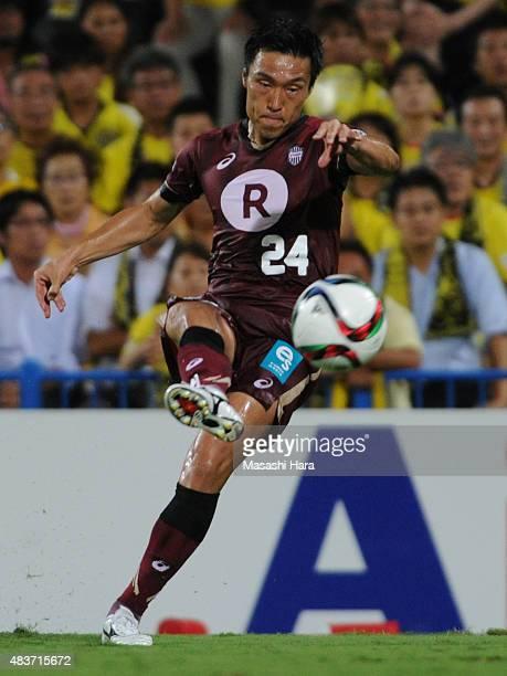 Masatoshi Mihara of Vissel Kobe in action during the JLeague match between Kashiwa Reysol and Vissel Kobe at Hitachi Kashiwa Soccer Stadium on August...