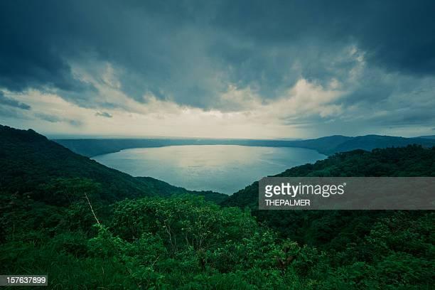 volcán masaya lago crater en nicaragua - nicaragua fotografías e imágenes de stock