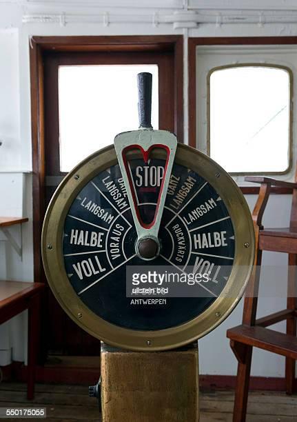 Maschinentelegraf auf der Bruecke des MS 'Georg Buechner' im Stadthafen Rostock Das ehemalige Fracht und Ausbildungsschiff des VEB Deutsche...