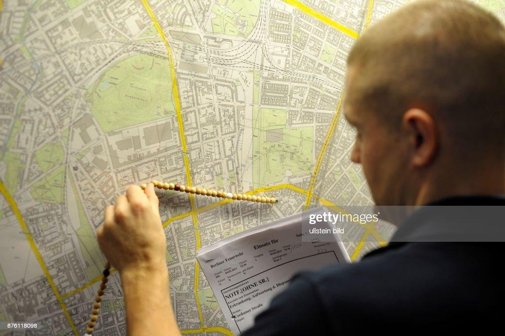 Entfernungsmesser Berlin : Maschinist der berliner feuerwehr übt mit dem entfernungsmesser