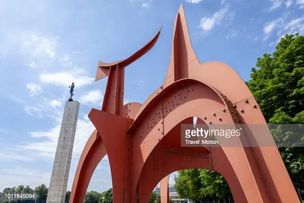 maschsee see rote skulptur, hannover, deutschland - hannover stock-fotos und bilder