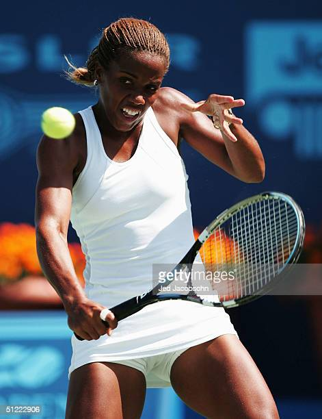 Mashona Washington of the USA returns a shot against Elena Bovina of Russia during the quaterfinals at the Pilot Pen Tennis tournament on August 26,...