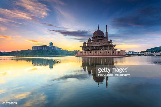 masjid putra, putrajaya, malaysia - local landmark stock pictures, royalty-free photos & images