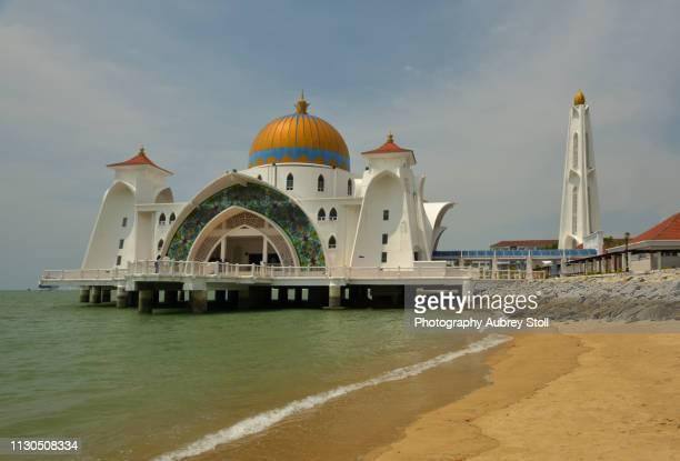 masjid selat melaka, - masjid selat melaka stock pictures, royalty-free photos & images