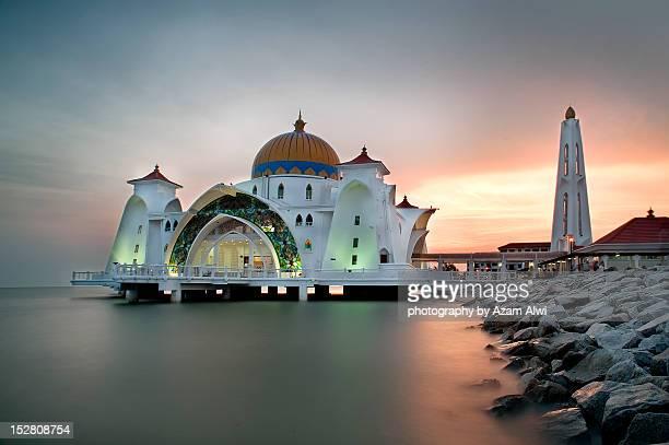 masjid selat melaka - masjid selat melaka stock pictures, royalty-free photos & images