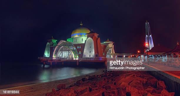 masjid selat melaka side view - masjid selat melaka stock pictures, royalty-free photos & images