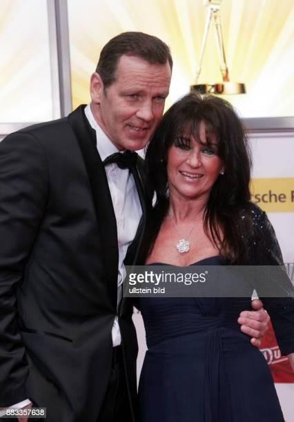 Maske Henry ehemaiger Sportler Boxen Halbschwergewicht D mit Ehefrau Manuela bei der Verleihung der 46 Goldenen Kamera in Berlin