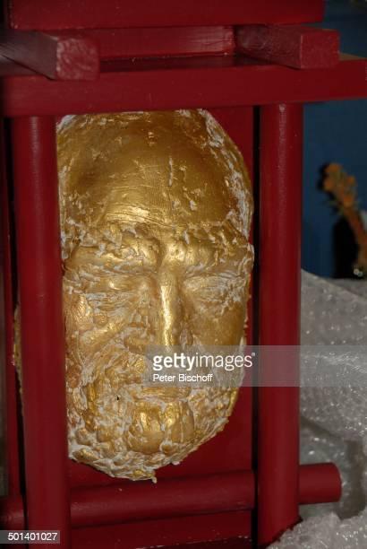 Maske mit Kopf von Rolf Hoppe in Gold vom Künstler P R O F D E T L E F R E I N E M E R Gala zum 80 Geburtstag von R o l f H o p p e Theater R o l f H...