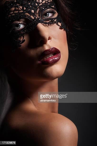 masken schönheit - verführerische frau stock-fotos und bilder