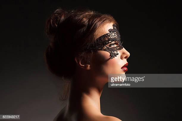 Masken Schönheit junge schöne Frau in einem schwarzen Spitzen-Maske