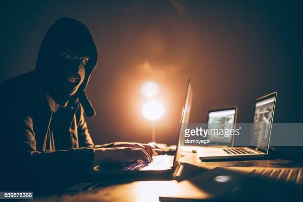 Maskierte Hacker Angriff mit computer
