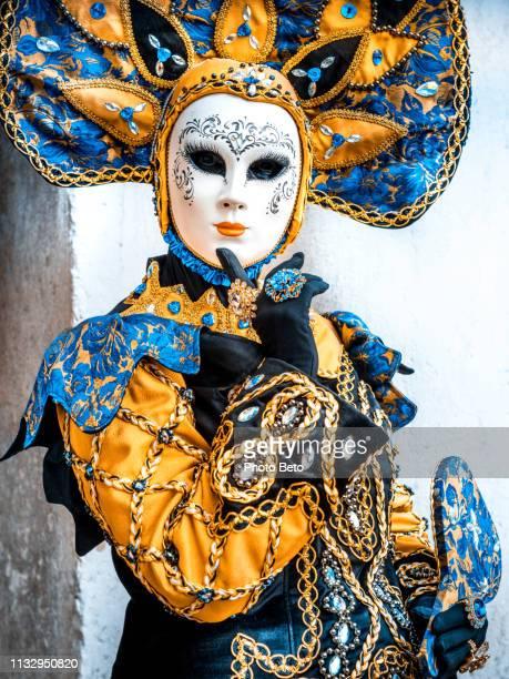 het ontdekken van italië-carnaval in venetië - versierde jurk stockfoto's en -beelden