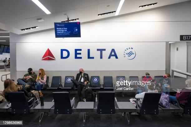 masques ou revêtements de visage requis et doivent être portés correctement à l'aéroport - delta air lines photos et images de collection